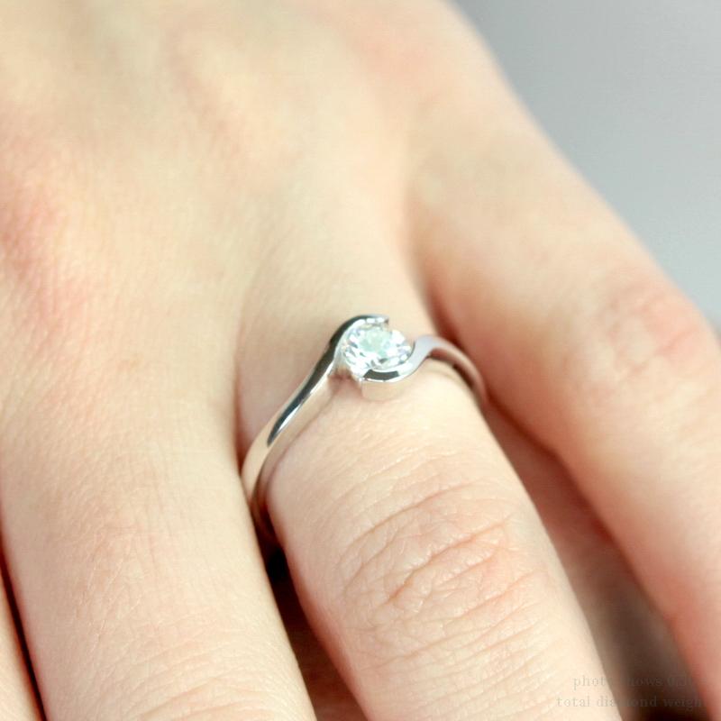 แหวนเพชรทองคำขาว 18K บนนิ้วผู้หญิง