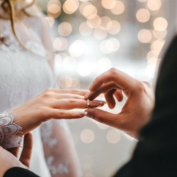 สวมแหวนหมั้น