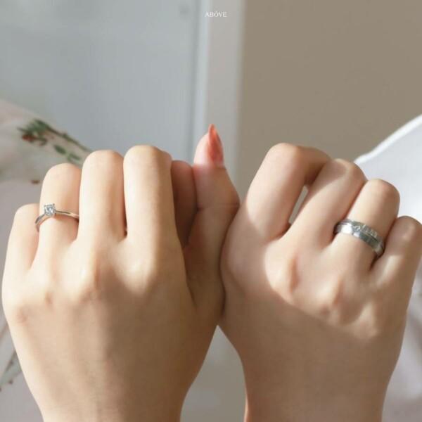 คู่รักกำลังโชว์แหวน