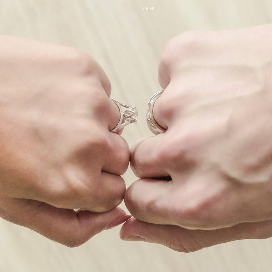 คู่รักกำมือที่ใส่แหวนชนกัน