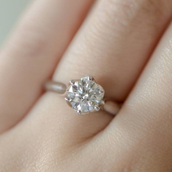 แหวนเพชรเม็ดเดี่ยวบนมือ